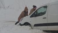 Kırklareli'nde yoğun kar sürücüleri zorluyor