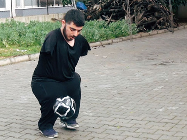 İki kolu olmayan Volkan Oğuz her ihtiyacını kendi karşılıyor