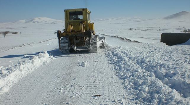 Kar ve tipi 131 yolu ulaşıma kapattı