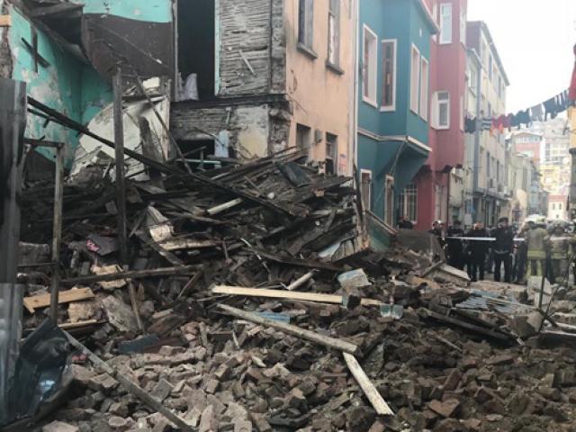 İstanbul Fatih'te 4 katlı eski bina çöktü