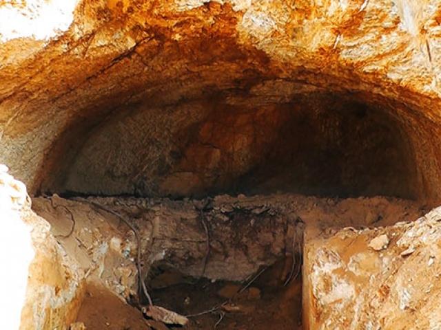 İzmir'de yol yapımı sırasında kaya mezarı bulundu