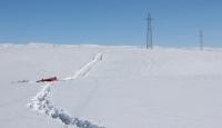 Göl üzerindeki buz kırıldı, paletli araç sulara gömüldü