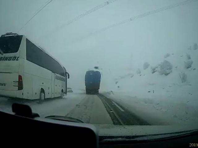 Bingöldeki trafik kazası araç kamerasına yansıdı