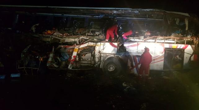 Bolivyada yolcu otobüsü kamyonla çarpıştı: 22 ölü