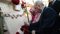Cumhurbaşkanı Erdoğan, Türk bayrağı motifiyle dokunan halıya düğüm attı