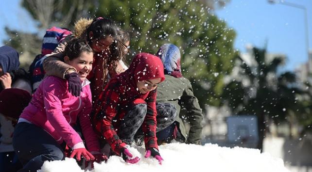 Antalyada 18 derecede kar topu oynadılar