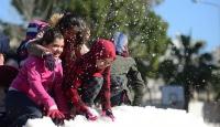 Antalya'da 18 derecede kar topu oynadılar