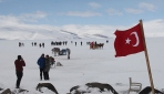 Buzla kaplı Çıldır Gölünde turist yoğunluğu