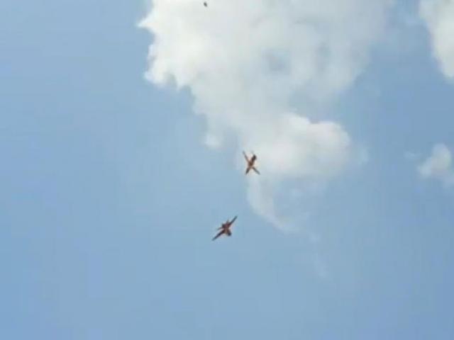 Hindistan'da gösteri hazırlığı yapan uçaklar havada çarpıştı