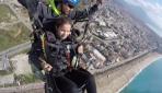 Görme engelli gençlerin yamaç paraşütü sevinci
