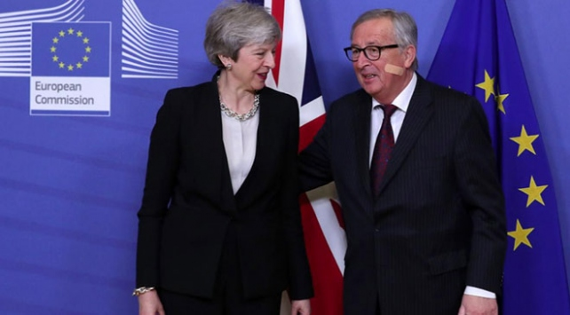 Junckerdan yara bandı esprisi: Yüzümdeki yarayı May yapmadı