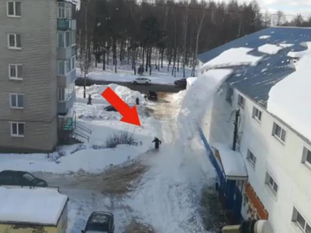 Çatıdan düşen kar kütlesinin altında kalmaktan son anda kurtuldu