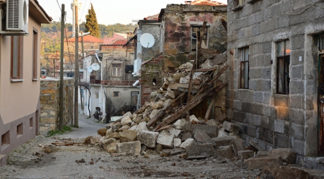 Ayvacıktaki depremde 85 konut hasar gördü