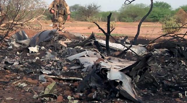 Cezayir'de düşen savaş uçağının mürettebatı öldü