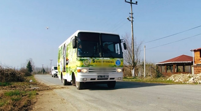 """""""Sevgi Otobüsü"""" ihtiyaç sahibi yaşlılara hizmet götürüyor"""