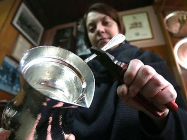 Bosna'nın 16. yüzyıl tekniğini kullanan tek kadın bakırcısı