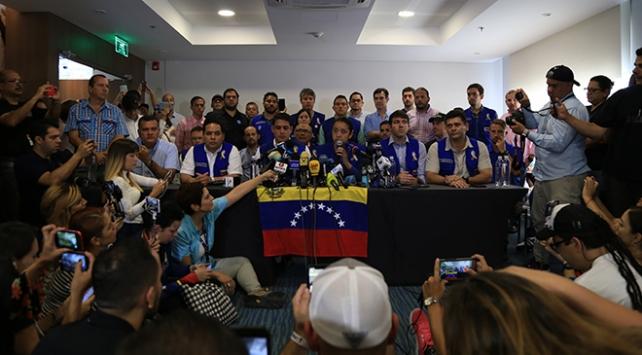 """Muhalefet """"yardımları"""" beyaz giyerek Venezuelaya sokmayı deneyecek"""