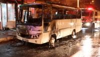 Seyir halindeyken alev alan servis minibüsü küle döndü