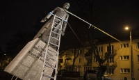 Polonyalı eylemciler çocuk istismarını protesto için rahip heykelini yıktı