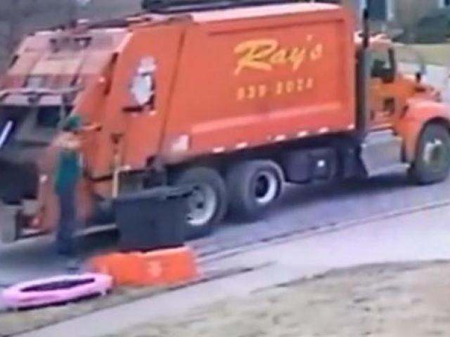ABD'de bir temizlik görevlisi bulduğu trambolinle çocuklar gibi eğlendi