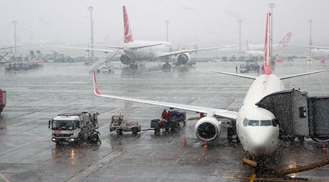 İstanbulda hava trafiğine kar engeli