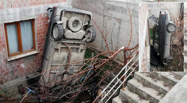 Çorumda otomobil evin bahçesine düştü