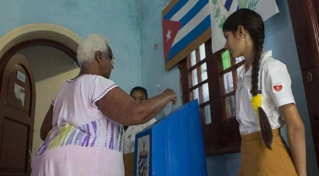 Küba halkı yeni anayasaya Evet dedi