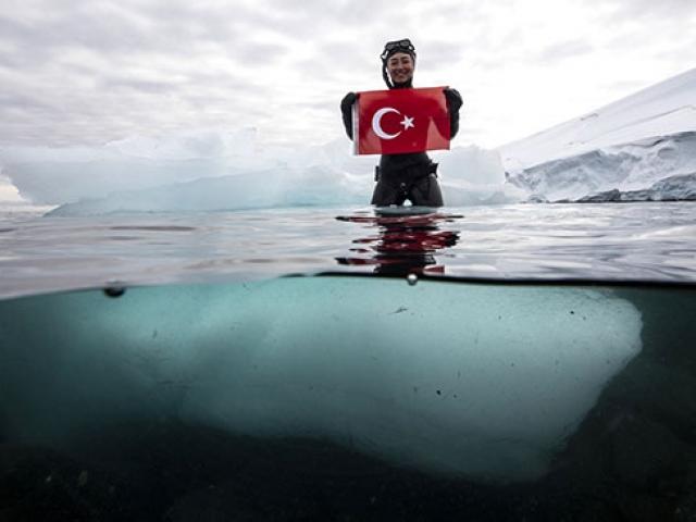 Milli sporcu Şahika Ercümenden Antarktikada özel dalış