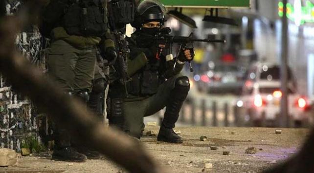 İsrail askerleri Ramallahta 2 kişiyi gözaltına aldı