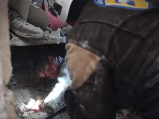 Esed rejiminin İdlib saldırısı sonrası bir çocuk enkaz altından kurtarıldı