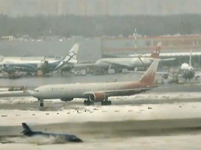 Uçak buz tutan pistte dönerek dışarı savruldu