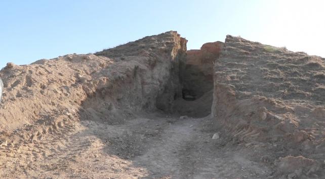 Definecilerin ikiye böldüğü tepeden anıt mezar çıktı
