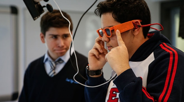 Liseliler görme engelliler için titreşimli gözlük tasarladı