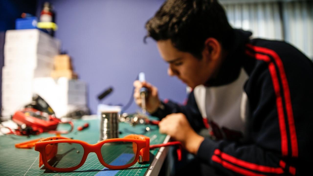 """Liselilerden görme engelliler için """"titreşimli gözlük"""""""