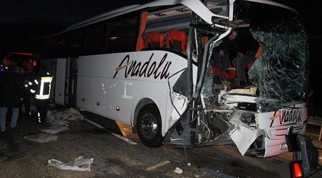 Manisada yolcu otobüsü tıra çarptı: 20 yaralı