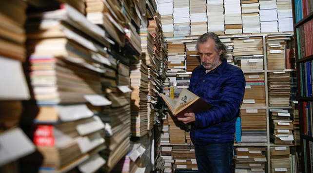 Biriktirdiği 150 bin eserle kütüphane kurmak istiyor