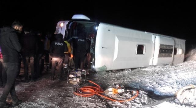 Sivasta yolcu otobüsü devrildi: 20 yaralı