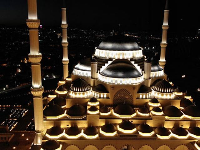 Çamlıca Camii ibadete açıldı