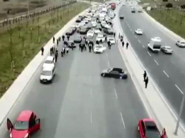 Lüks otomobillerden oluşan düğün konvoyu yol kapatıp drift yaptı