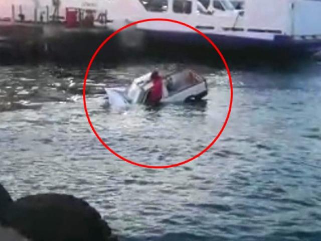 Eminönünde otomobil denize uçtu