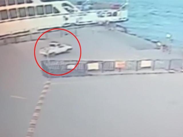 Eminönünde otomobil denize böyle uçtu