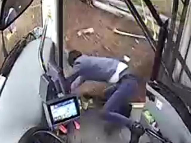 Otobüsün takla atmasını önleyen şoför şarampole yuvarlandı