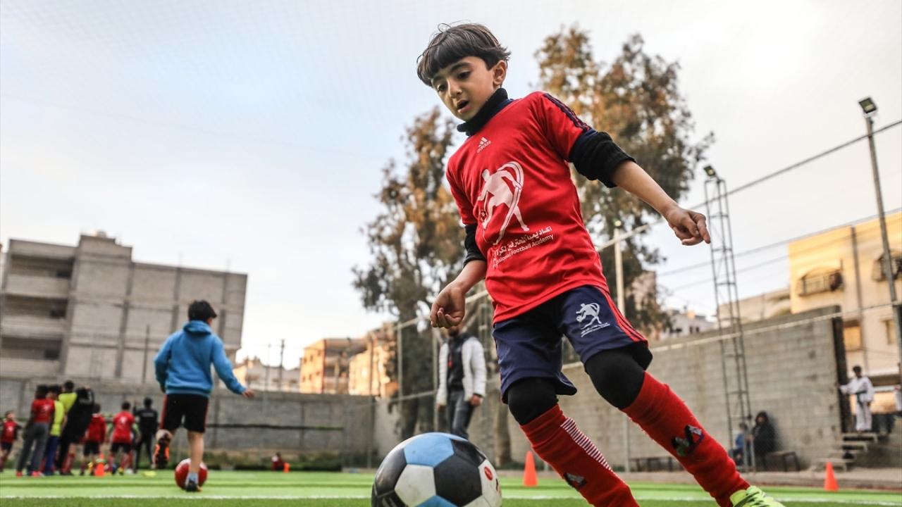 Gazzeli çocuklar geleceğin yıldız futbolcuları olmanın hayalini kuruyor