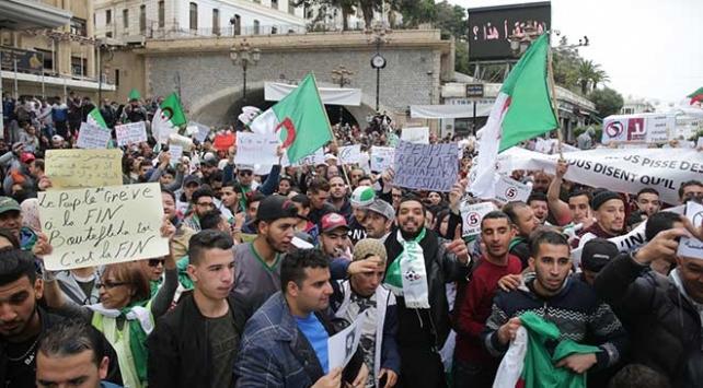 Cezayirde Buteflika karşıtı gösteride 112 polis yaralandı