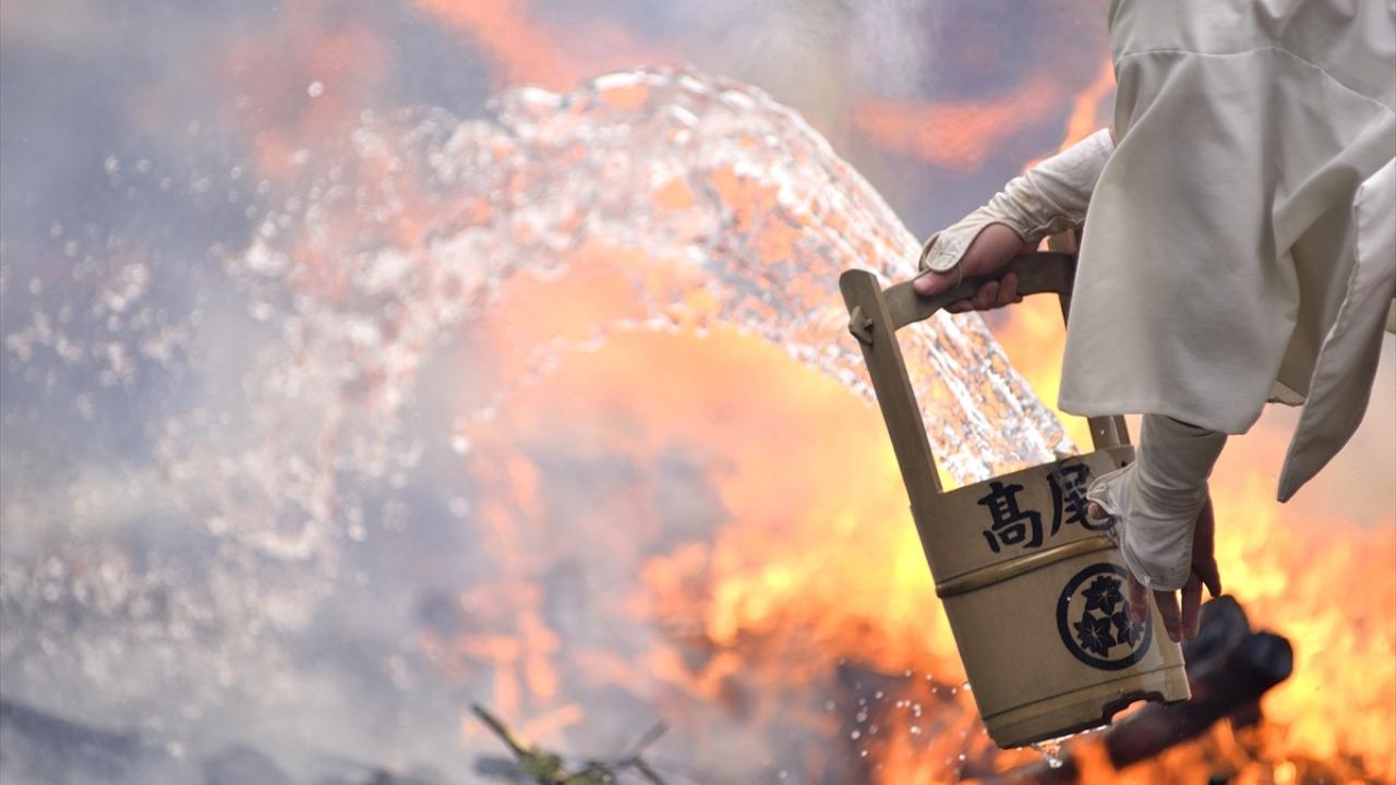 Japonyada geleneksel ateş üzerinde yürüme festivali