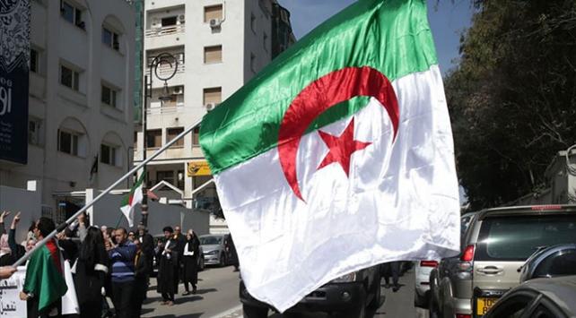 Cezayirde seçimler ertelendi