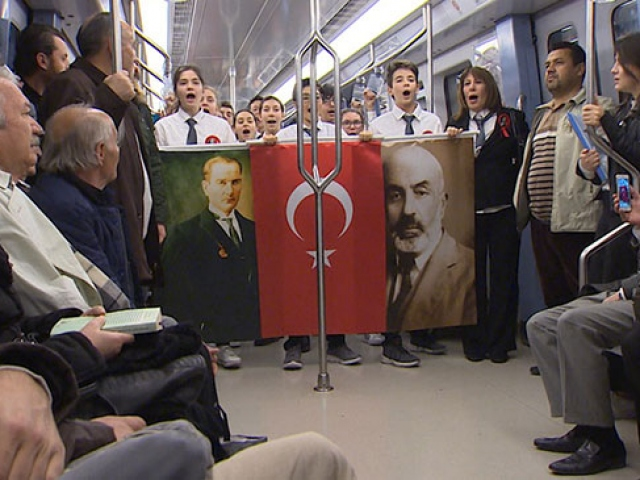 Öğrenciler Ankara metrosunda İstiklal Marşını okudu