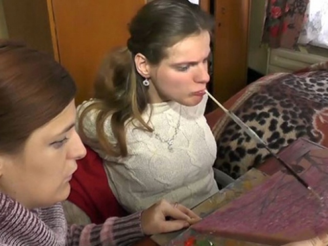 Engelli sanatçı dişleriyle resim yapıyor