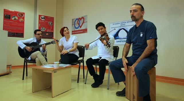 Sağlıkçılar iş stresini kurdukları müzik grubuyla atıyor