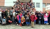 Köy okullarını gezen gençler çocukların hayallerini gerçekleştiriyor